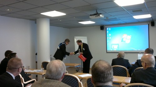 Puheenjohtaja Pekka Halme vastaanottaa Viron EGÜ:n tervehdystä puheenjohtaja Hugo Tollilta. (Kuva Mika Ahvenainen)