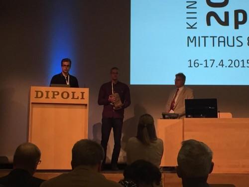 Tuomas Jylhä ja Niko Haaraniemi vastaanottivat Suomen Nuoret Maanittarit ry:n puolesta MIL:n tunnustuspalkinnon ja siihen kuuluvan pyykin Maanmittauspäivillä 2015 Espoon Dipolissa.