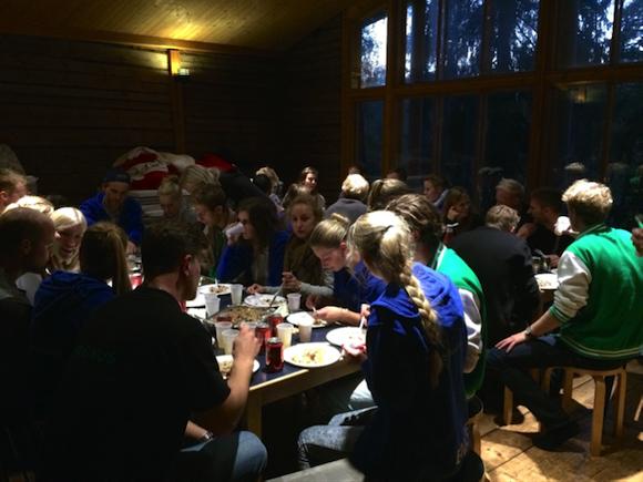 Ensimmäisen päivän illallinen AK-majalla. (Kuva: Jenna Isokuortti)